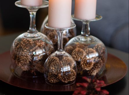Adventskranz mit Secondhand-Weingläsern und Tannzäpfchen